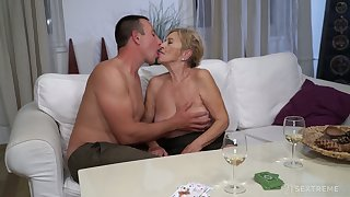 After kissing stud mature chubby call-girl Mayla gives a solid blowjob